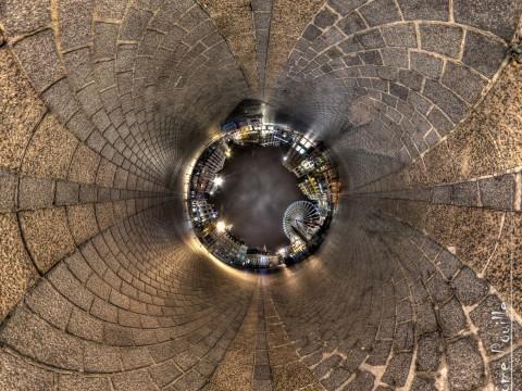 Petite planète inversée de la grande roue, place de Lille janvier 2013