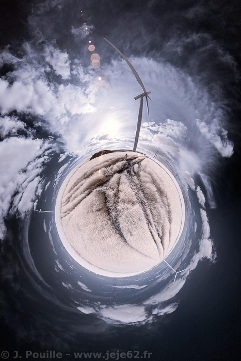 Petite planète infrarouge d'une éolienne dans un champs
