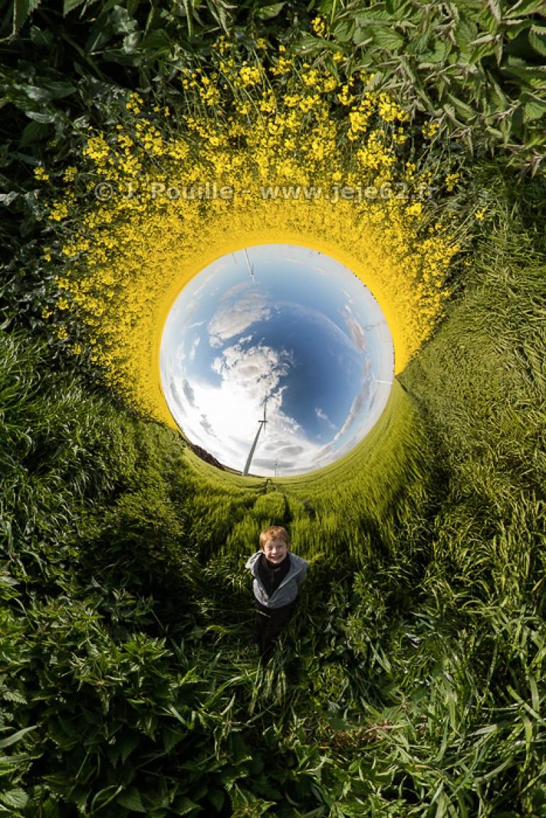 Petite planète inverse d'un champs de colza avec Gabriel