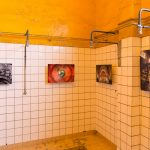 Exposition collective dans la salle des douches