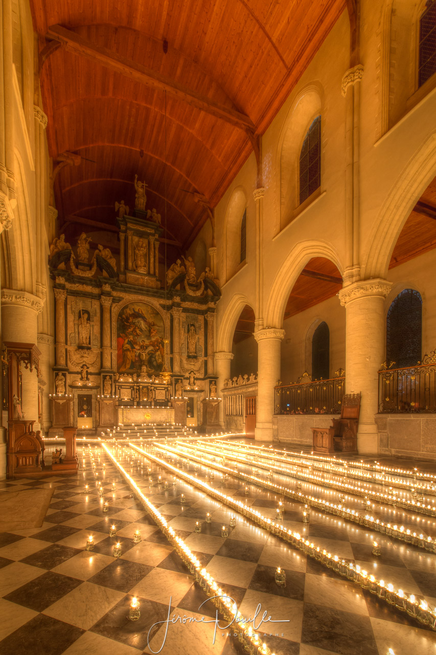 Illuminations par 3000 bougies de l'église Notre Dame de Calais
