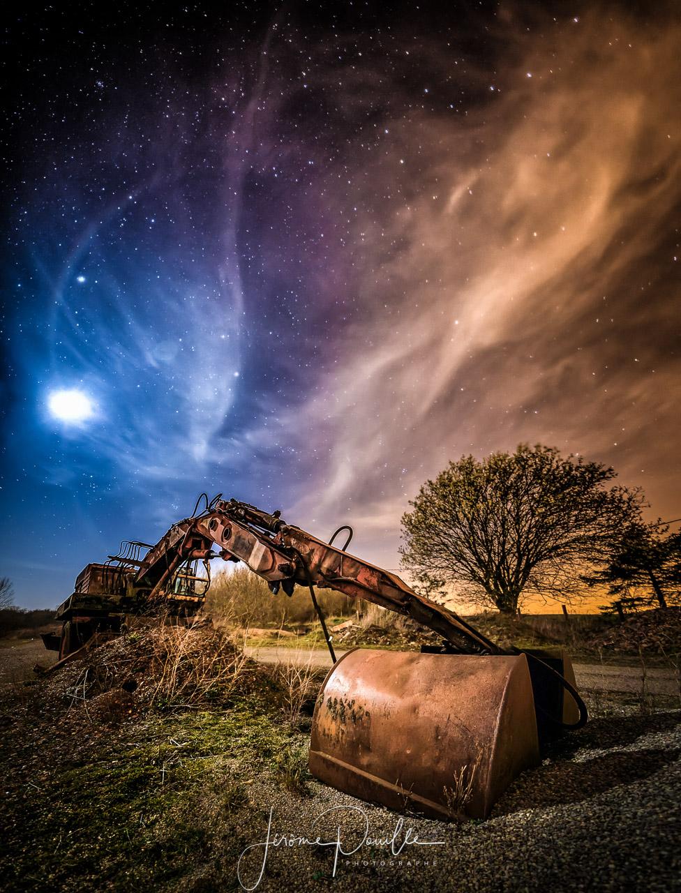 Panoramique HDR d'une grue sous un ciel étoilé parsemé de nuages