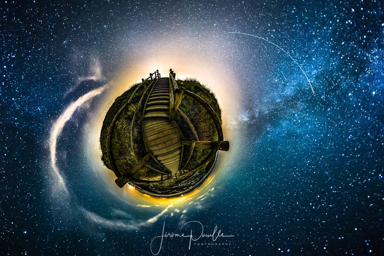 """""""Petite planete"""" escalier sous un ciel étoilé"""